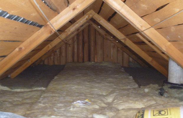 Фольгированной минеральной ватой утепляется потолок
