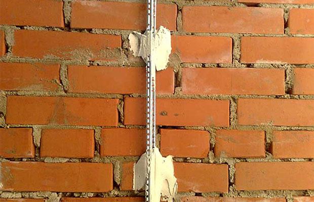 Для закрепления на стене используется небольшое количество штукатурной смеси