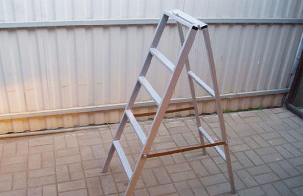 Лестница из профильной трубы получится очень прочной и устойчивой