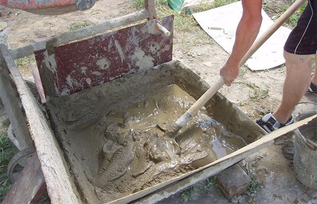 Раствор готовят из глины, просеянного песка и воды
