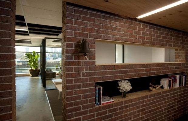 Стены из настоящих кирпичей повышают нагрузку на перекрытия