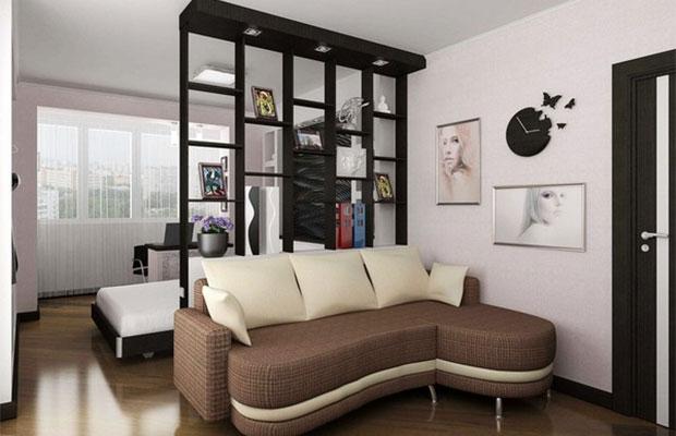 Можно зонировать гостиную с помощью перегородки-стеллажа