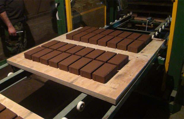 Тротуарная плитка производится путем литья утяжеленного бетона в специальные формы и дальнейшего уплотнения на вибростолах