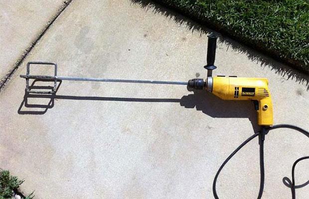 Дрель-миксер укомплектована специальной насадкой для перемешивания строительных смесей