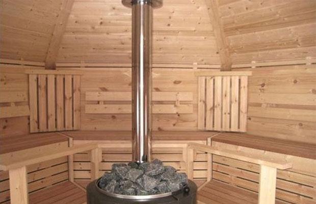 Труба внутреннего дымоходы выводится через потолок