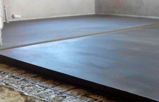 Методика выравнивания с помощью цементно-песчаной стяжки известна очень давно