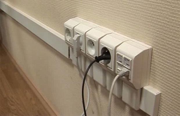 Чаще всего при открытом монтаже провода прячут в кабель-каналы
