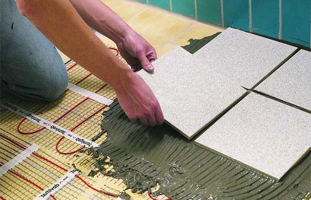 Клей можно наносить и на плитку, и на пол