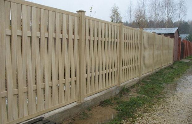 Забор-плетенка может быть как полноценным ограждением, так и декоративным