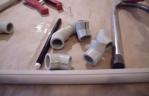 Собрать конструкцию из металлических или полимерных труб несложно