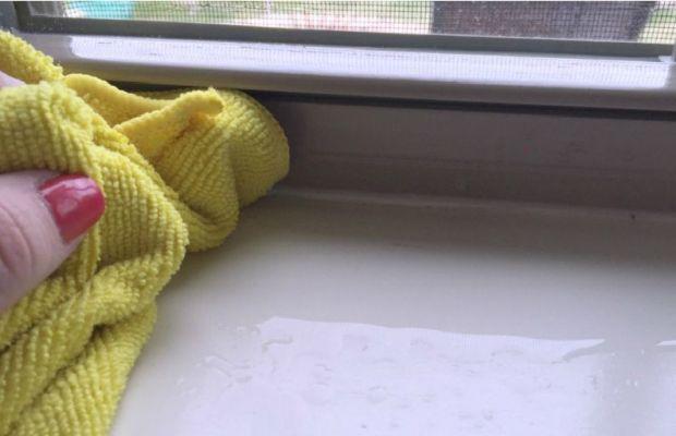 Отбелить пожелтевший пластиковый подоконник можно при помощи мыла