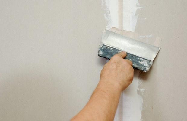 Перед покраской гипсокартона потребуется провести герметизацию стыков шпаклевкой
