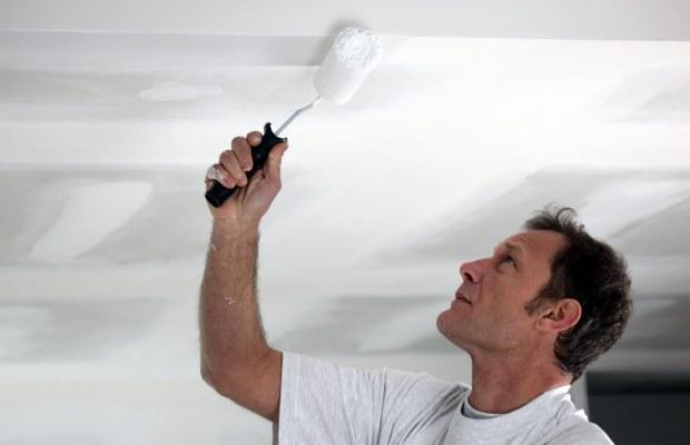 Красить потолок, изготовленный из гипсокартона, следует в несколько слоев