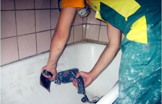 Дрель поможет отчистить ванну от ржавчины и старого слоя краски