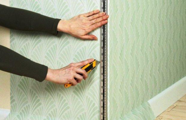 При наклеивании обоев на внешний угол, на стену наносится вертикальная отметка, по которой и делается подгонка
