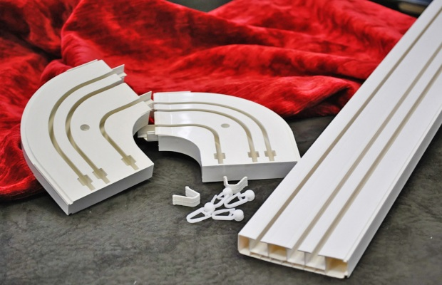 Пластиковые карнизы имеют небольшой вес и легко принимают изогнутые формы