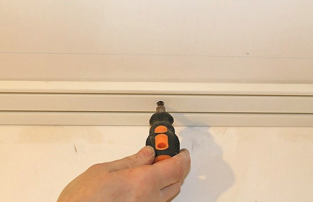 При монтаже потолочного карниза отверстия перфорируют дрелью