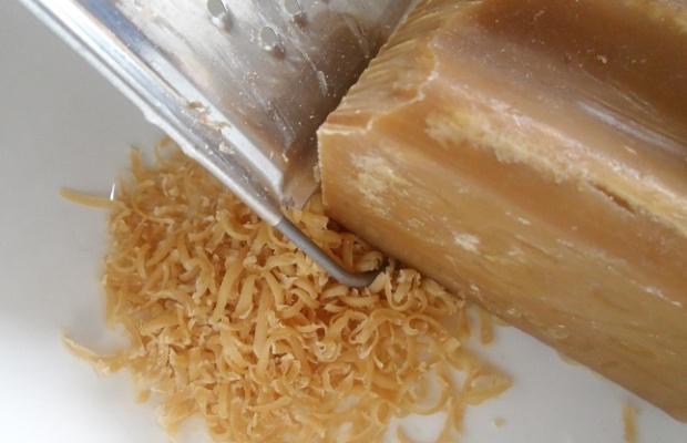 Если добавить в раствор стружку хозяйственного мыла, застывать гипс будет дольше