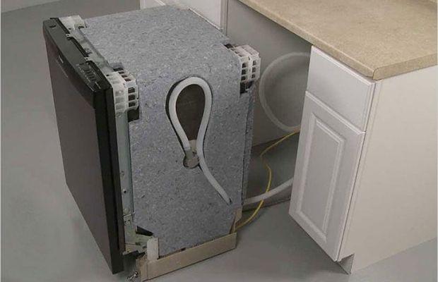 Для подключения посудомоечной машины понадобятся длинные шланги для слива и поступления воды из труб