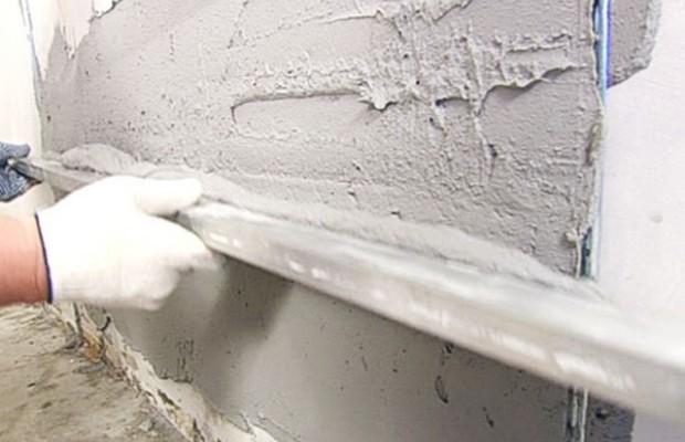 После гипсовой штукатурки поверхность можно сразу белить и красить