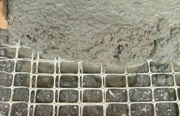 При работе с цементной штукатуркой обрабатываемую поверхность нужно дополнительно армировать сеткой
