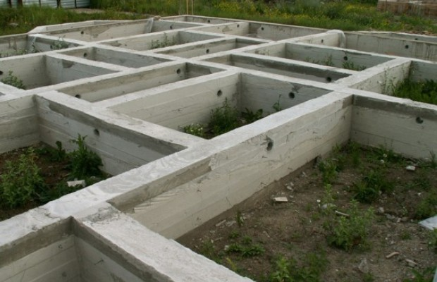 В монолитном фундаменте из бетона обязательно должны быть сделаны продухи
