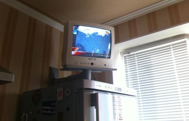 На кухне телевизор чаще всего крепится над холодильником