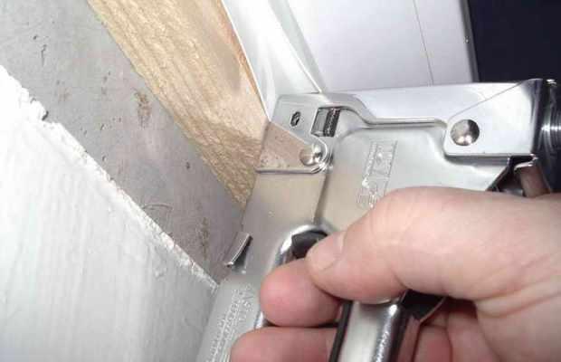Стартовый профиль для сэндвич-изделий фиксируется вдоль рамы пластикового окна