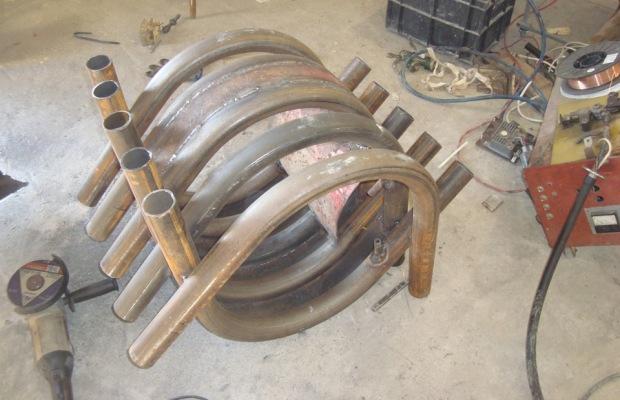 Первым делом собирается основа, для чего из изогнутых труб формируется каркас