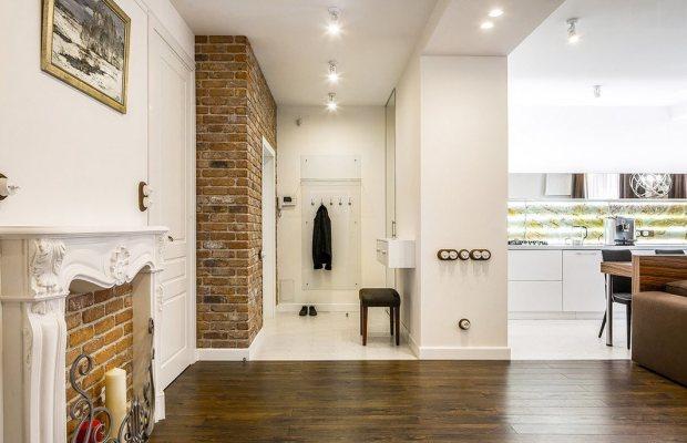 Кирпичные стены можно удачно использовать в дизайне комнаты-студии