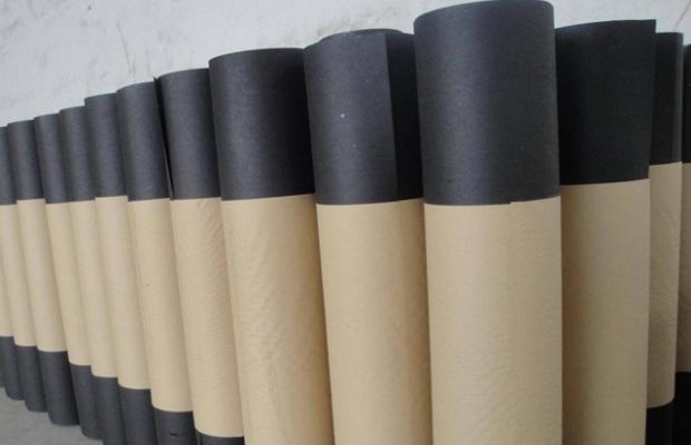 Пергамин – это плотный картон, предварительно пропитанный битумными растворами