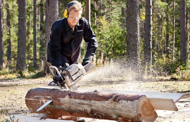На бензопилу устанавливают насадку для продольной раскройки древесины