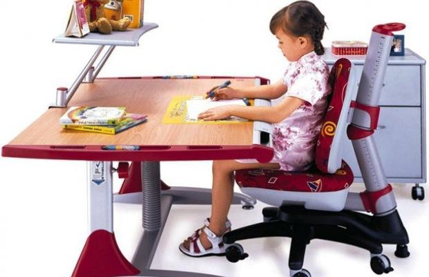 Школьнику лучше купить хороший анатомический стул с регулируемой высотой