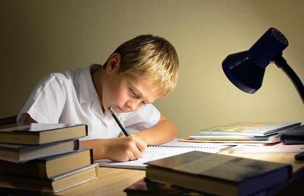 Родителям необходимо обеспечить достаточное освещение рабочего места ребенка