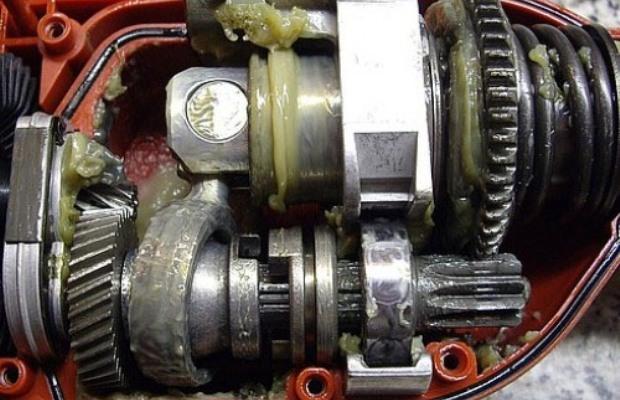 Обязательному и регулярному нанесению смазки подлежат редуктор и бур перфоратора