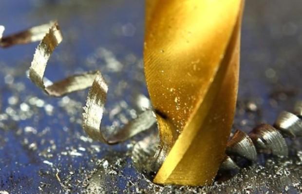 При сверлении глубоких отверстий важным является своевременный отвод стружки