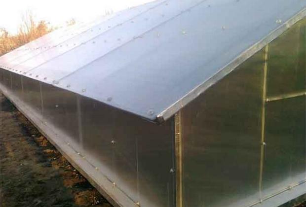 Каркас крыши подземной теплицы монтируют из металлопрофиля или деревянных реек