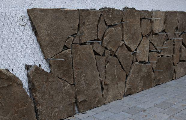 Перед укладкой декоративного камня на бетонную стену следует смонтировать штукатурную сетку