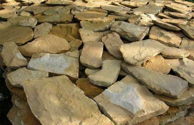 Декоративный камень песчаник отличается зернистой структурой