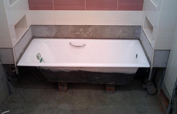 Обычно ванну монтируют после укладки плитки