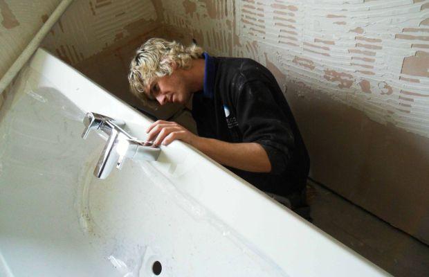 Если пространство ванной комнаты ограничено, то сантехнику монтируют до укладки плитки