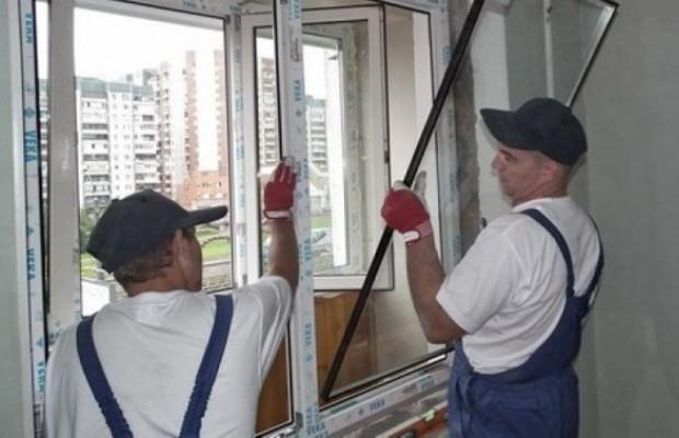 Вынимать стеклопакет нужно осторожно, стараясь не сломать скрытую часть крепежа