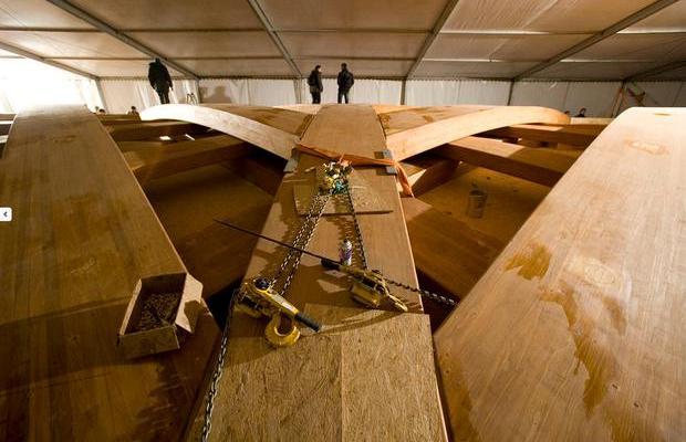 Прочность изделий из жидкой древесины иногда превышает даже показатели клееного бруса