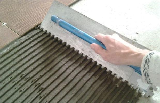 Клей на основе цемента подойдет для укладки плитки на ГКЛ