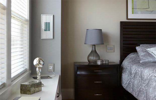 Разместив один из выключателей у изголовья, можно управлять верхним светом, не вставая с кровати