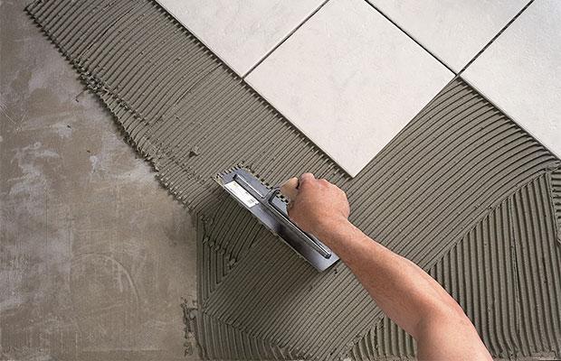 Клеевый состав наносится на участок пола или стены шпателем