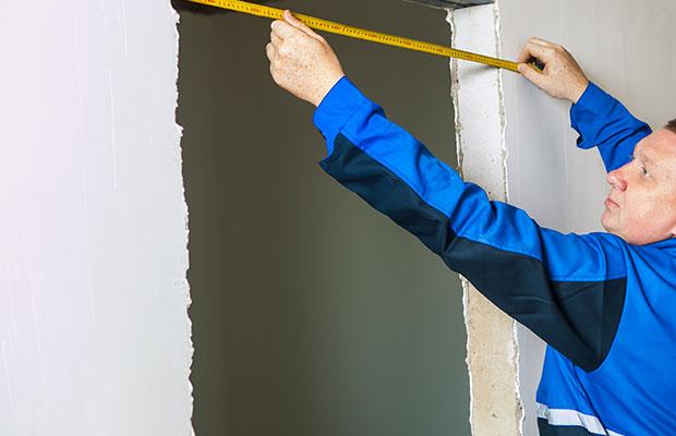 Перед покупкой дверной коробки и полотна необходимо замерить проем