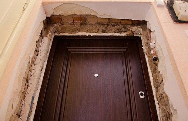 Делая проем, необходимо оставить достаточный зазор между стеной и косяком