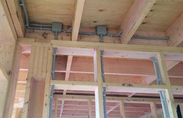 Чтобы избежать пожара от скрытой проводки, материалы должны быть качественными, а монтаж - грамотным