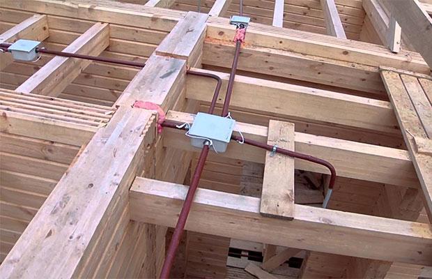 Один из способов укладки кабеля подразумевает использование металлических труб